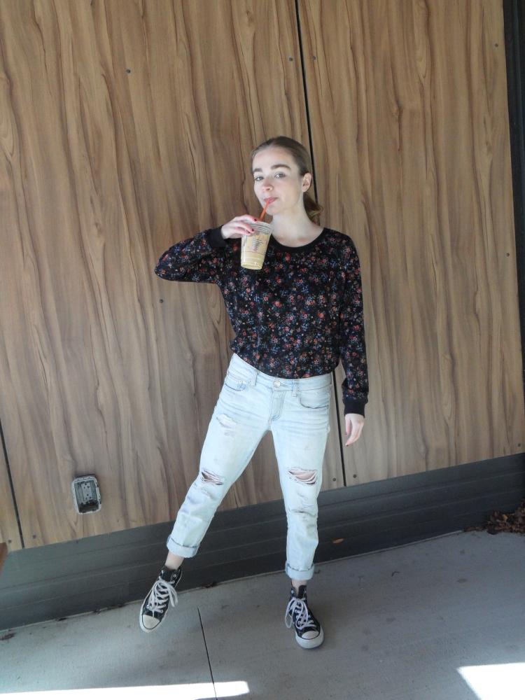 fashion blogger drinks coffee