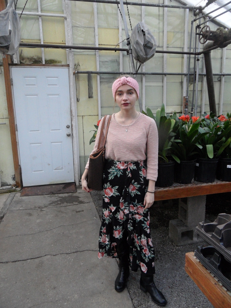 fashion blogger wears skirt, headband