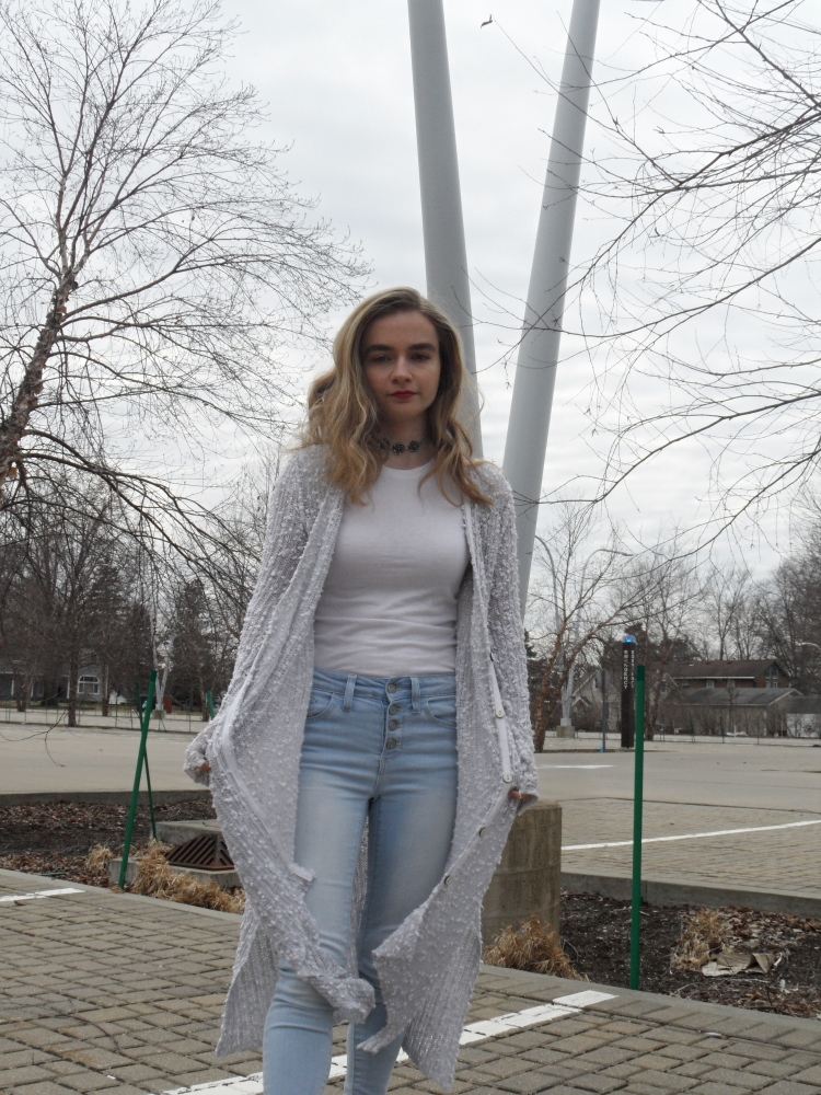 fashion blogger wears long sweater, jeans