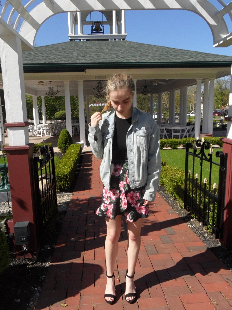 fashion blogger wears floral skirt, heels