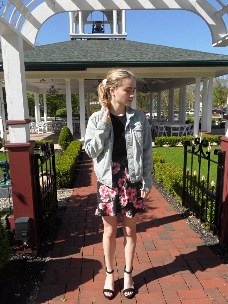 fashion blogger wears floral skirt, jean jacket
