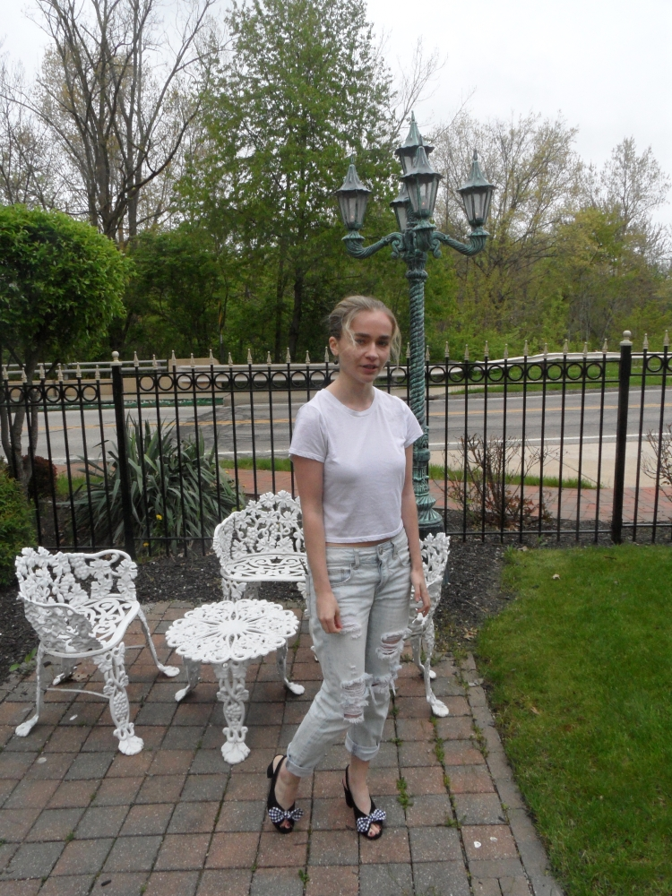 fashion blogger wears white tee, jeans